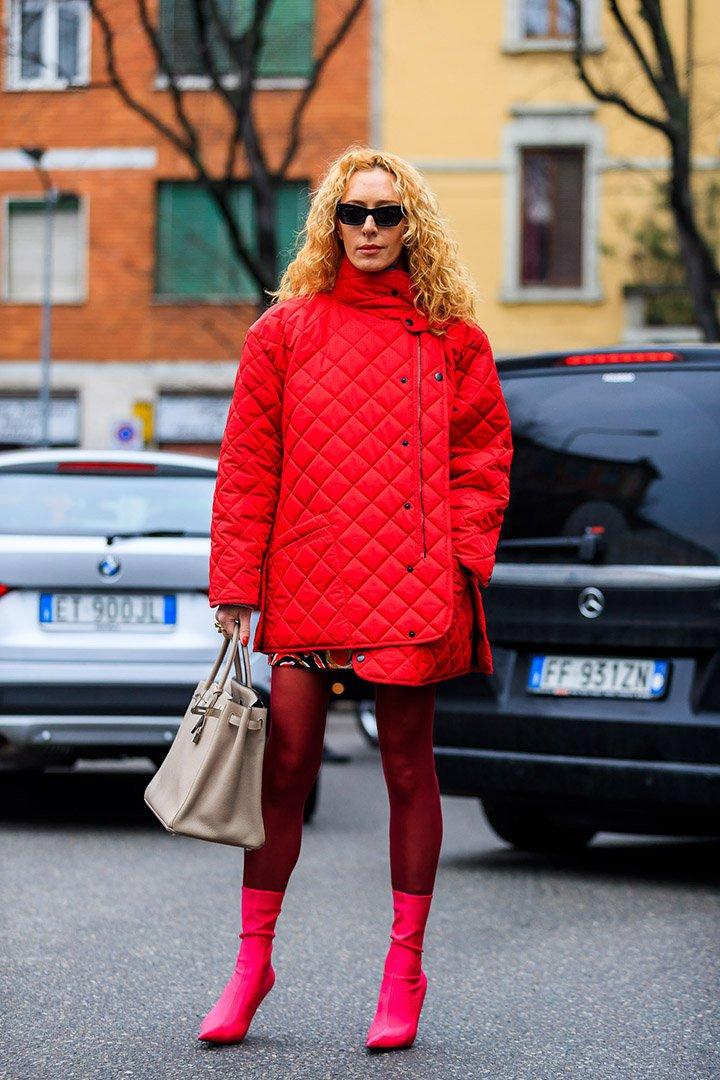 abrigo rojo en el street style de Milan Fashion Week