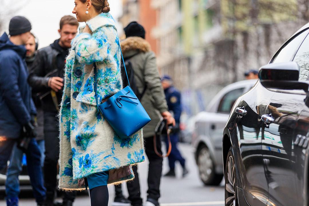 abrigo jacquard en el street style de Milan Fashion Week