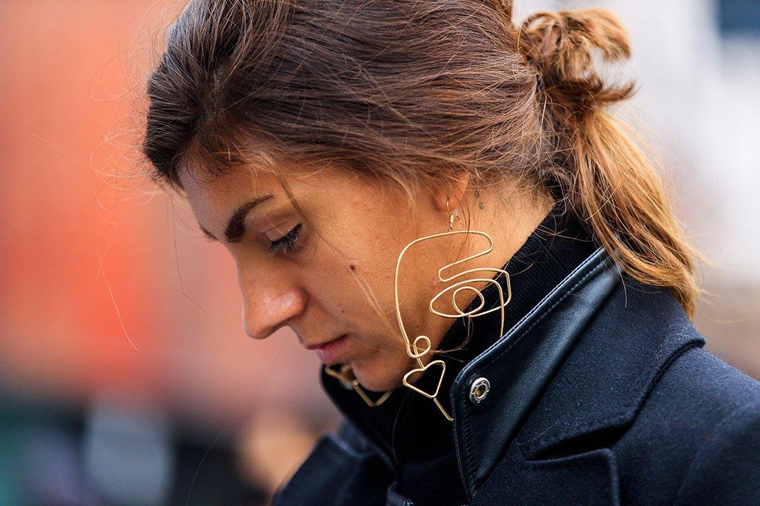 pendientes originales en el street style de Milan Fashion Week