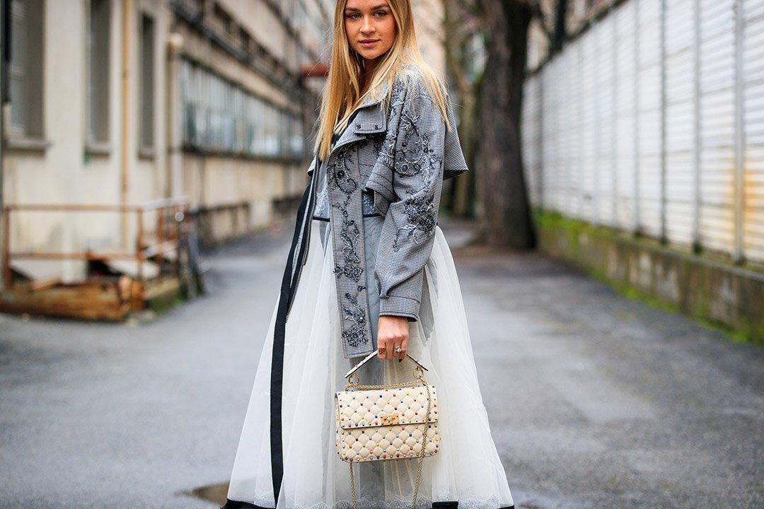 vestido de plumetti en el street style de Milan Fashion Week