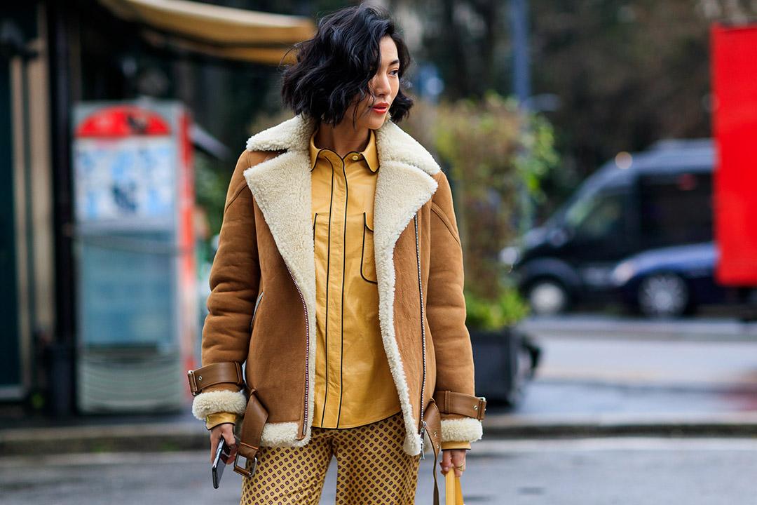 chaqueta de borrego en el street style de Milan Fashion Week