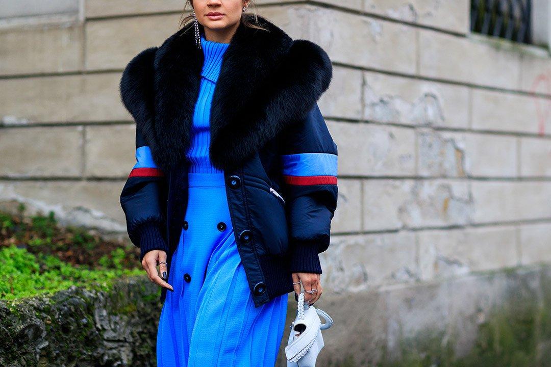 vestido celeste en el street style de Milan Fashion Week
