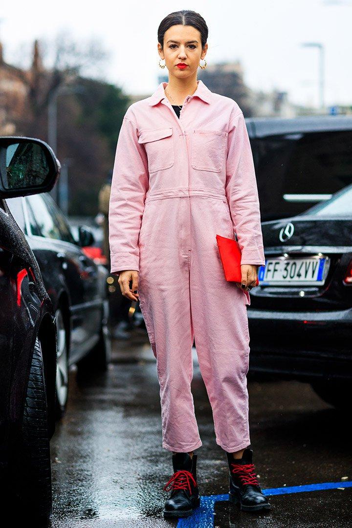 mono rosa en el street style de Milan Fashion Week