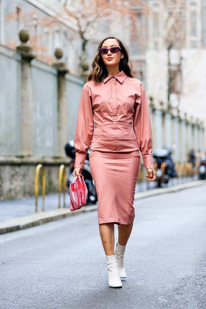 it girl con vestido rosa en el street style de Milan Fashion Week