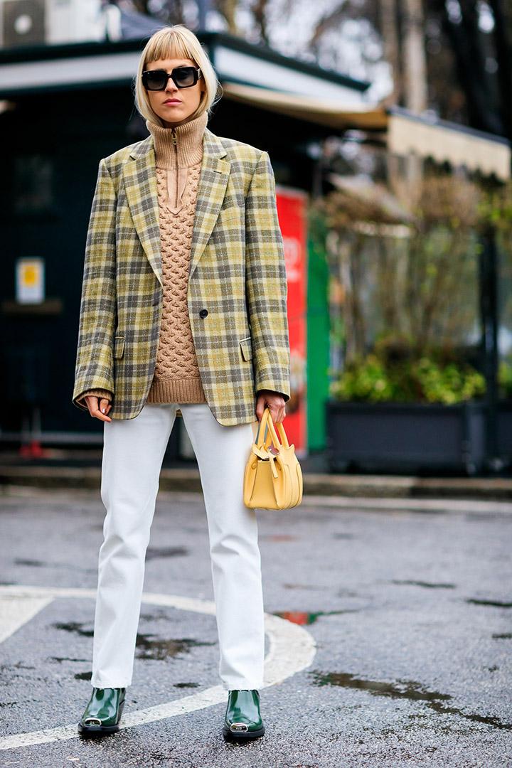 chaqueta de cuadros en el street style de Milan Fashion Week