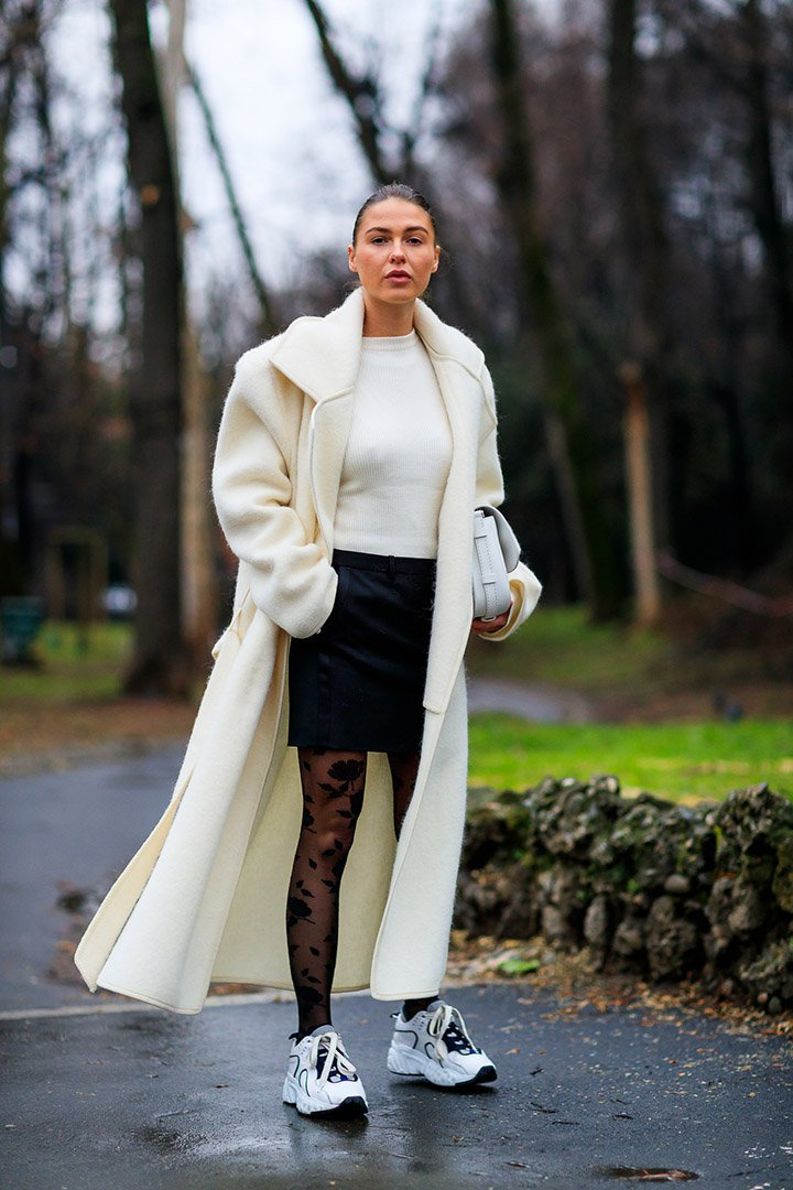 Look en blanco y negro en el street style de Milan Fashion Week