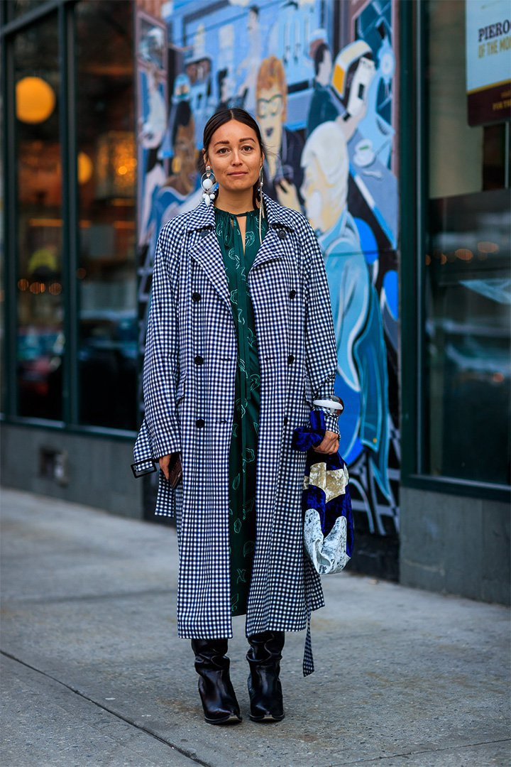 Look inspirador con abrigo de cuadros en New York Fashion Week