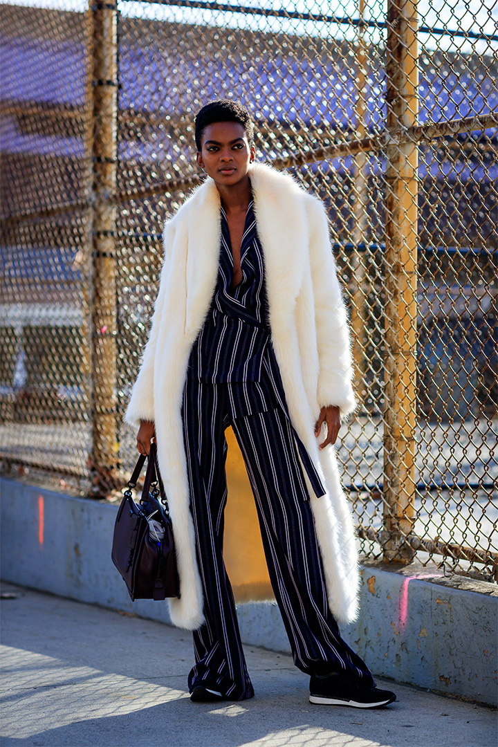 Look inspirador con abrigo de pelos en New York Fashion Week