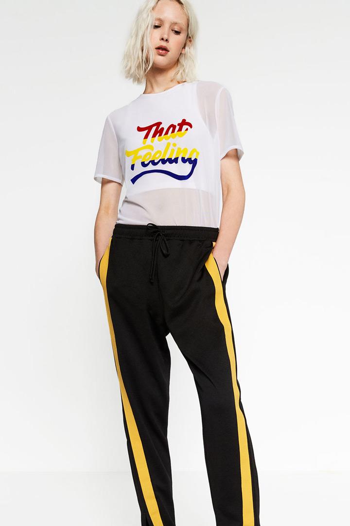 Pantalones. Pantalón deportivo negro con banda lateral amarilla de Zara. 4564176cfbe