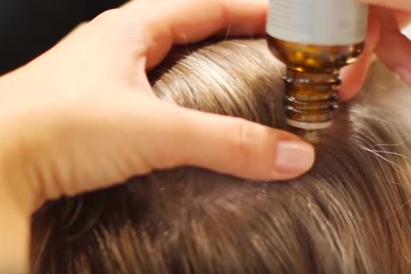 Aceite de Aveda en las raíz del cabello