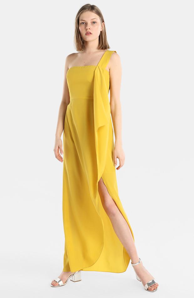 Vestido con escote asimétrico y abertura en la falda de Tintoretto: look de invitada de rebajas