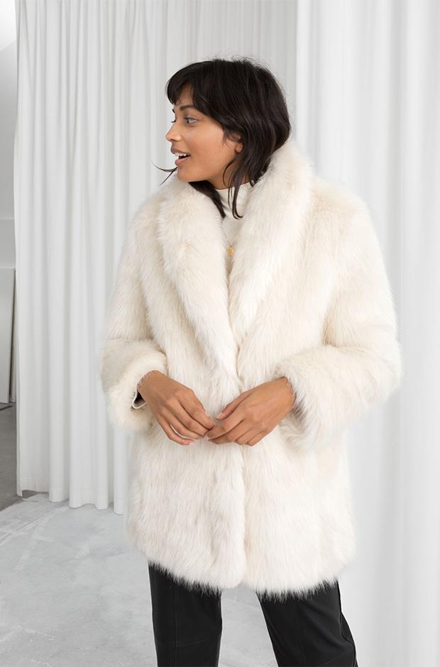 Abrigo de pelo blanco de la colección novias e invitadas de Other Stories Invierno 2019