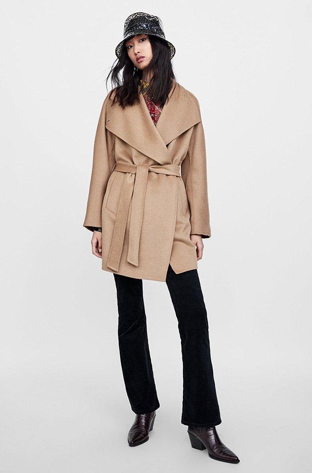 Abrigo camel con cinturón de Zara