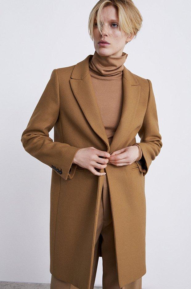 Abrigo camel con botones de Zara