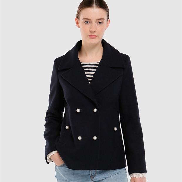 Abrigo corto con botones de perlas