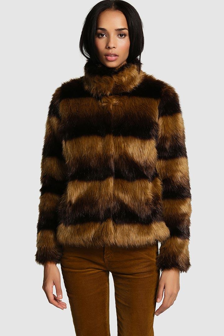 ff60b0c0da7 Chaqueta de pelo estampada. Hazte con esta chaqueta de pelo estampada en  tonos marrones de Fórmula Joven ...