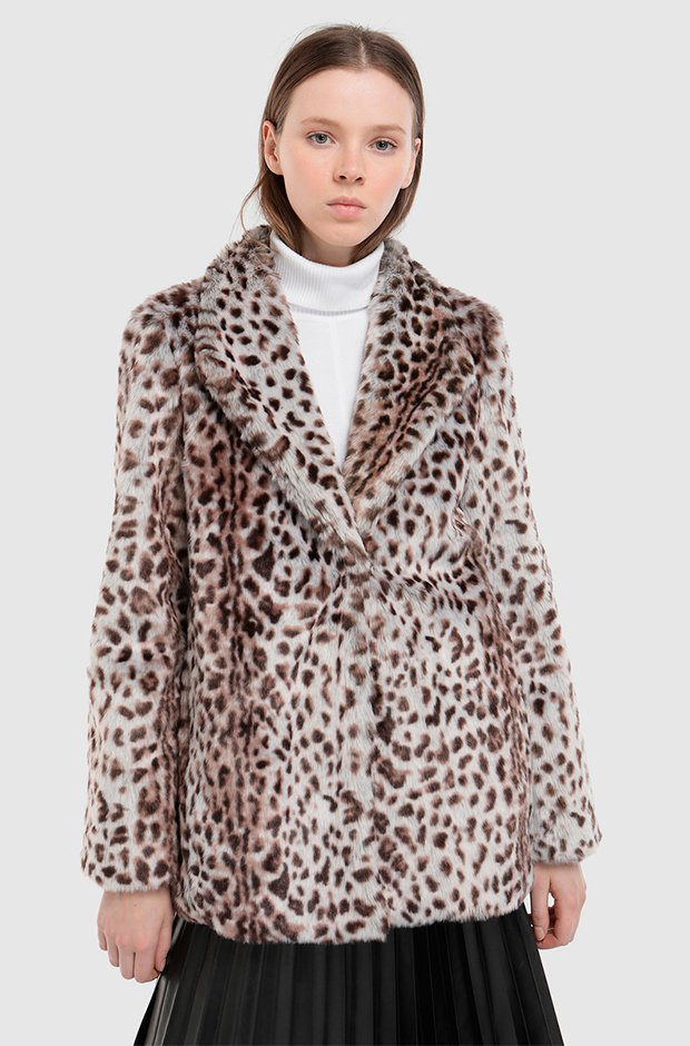 Abrigo corto de pelo con estampado animal