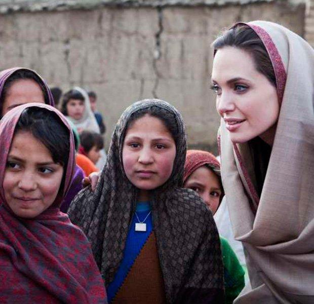 Angelina Jolie en su labor humanitaria