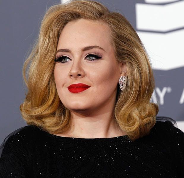 Adele de negro con labios rojos