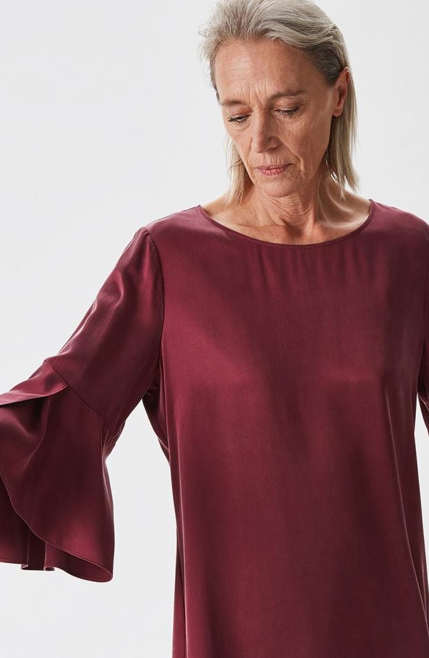 Camisa seda con manga campana de Adolfo Dominguez: blusas día y noche