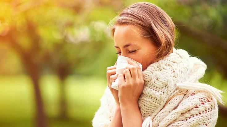 mujer con alergia inconvenientes primavera