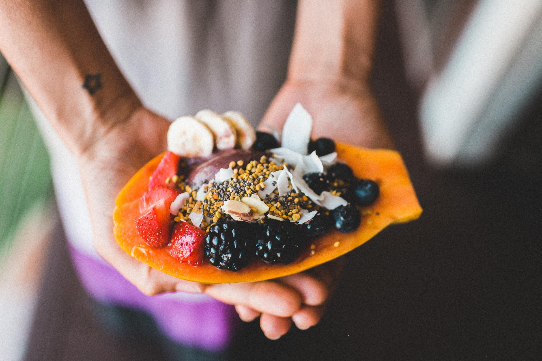 Papaya rellena de frutas
