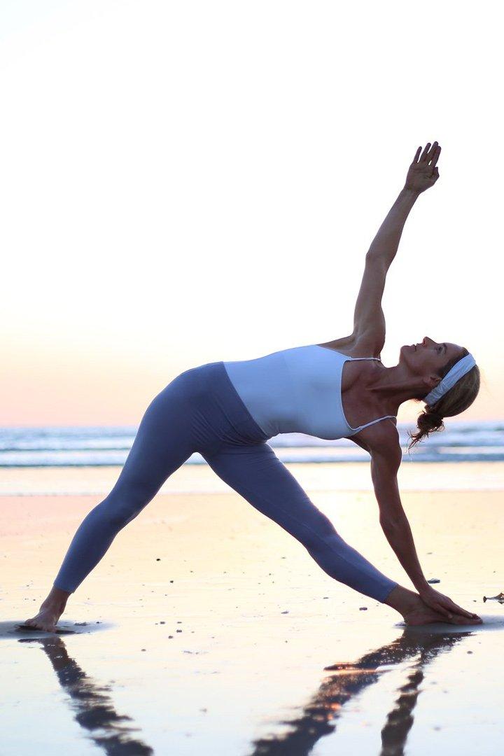 Una mujer practicando Ananda