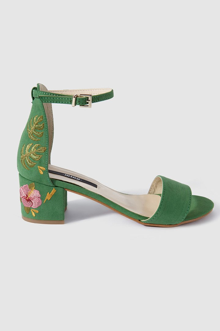 Sandalias verdes con bordados florales de Mustang