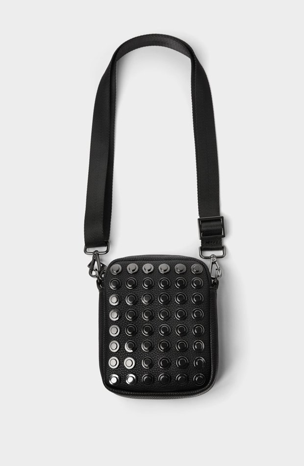 Mini bandolera tachas de Zara: tendencias masculinas 2019