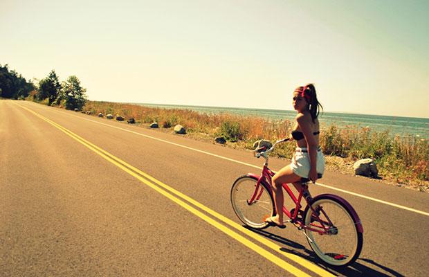 Mujer en bicicleta en la carretera