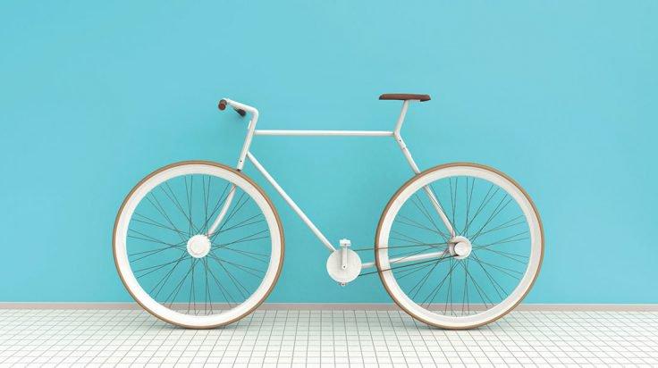 Bicicleta blanca sobre pared azul