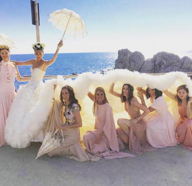 Fotografía en Capri de Giovanna Battaglia con sus damas de honor