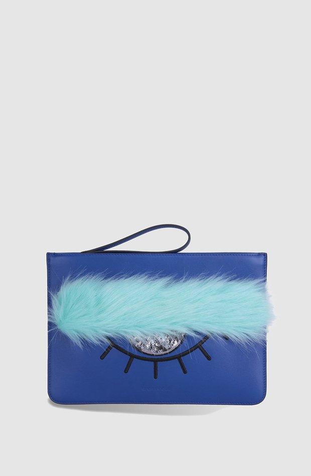 Cartera de mano de piel en azul con abalorios fantasía de Kendall + Kylie: invitada de invierno