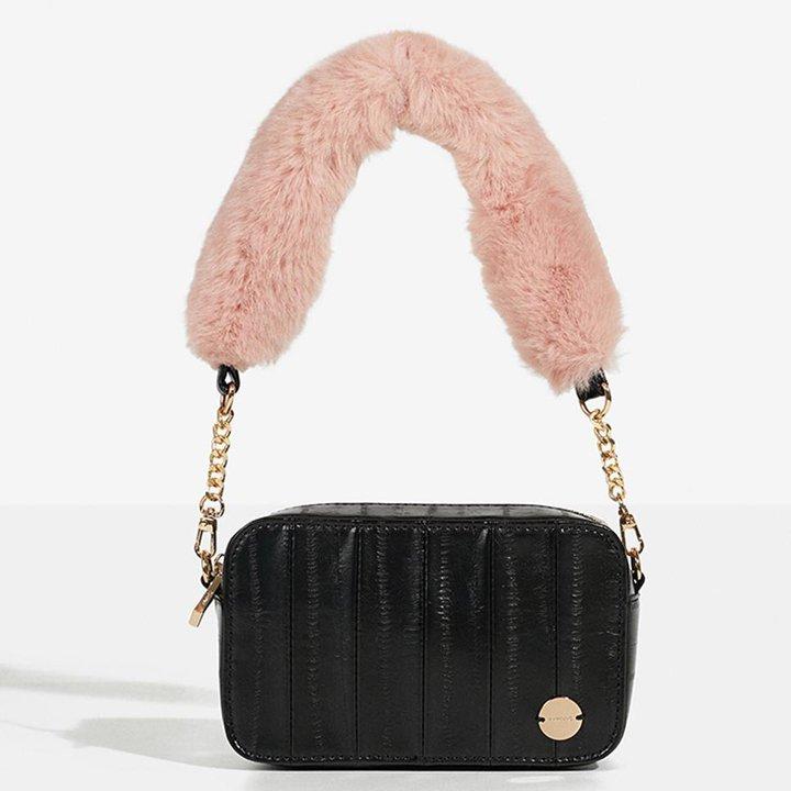 Bolso de hombro en negro con pelo rosa en el asa de Parfois: regalos amigo invisible
