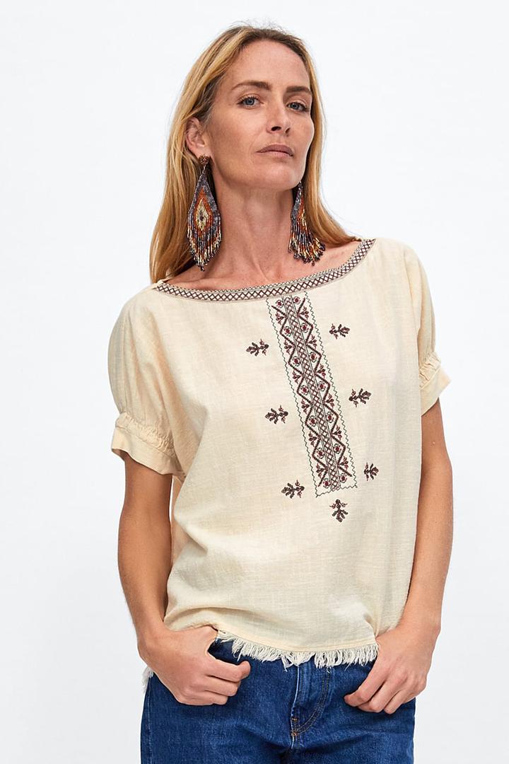 e40abb1cb352 Cuerpo con pechera bordada: blusas para verano 2018