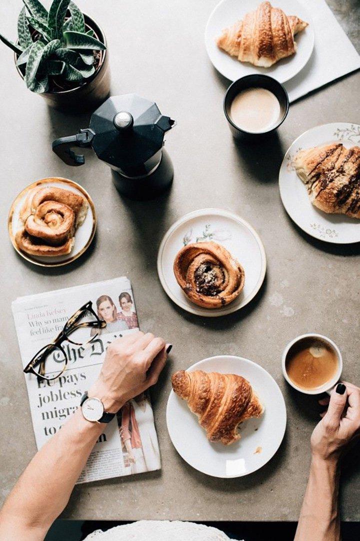 Cafe y bollos en una mesa marron