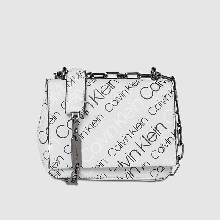 Bandolera mini con estampado de logos de Calvin Klein: bolsos próximos meses