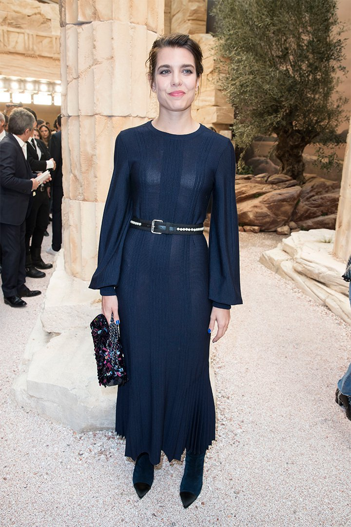 Carlota Casiraghi con vestido azul marino largo