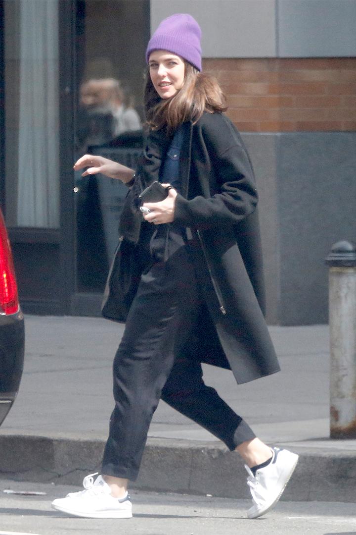 Carlota Casiraghi con zapatillas blancas