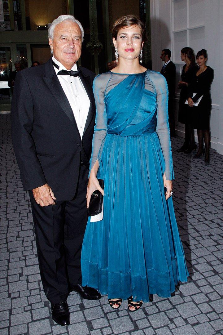 Carlota Casiraghi con vestido de noche azul