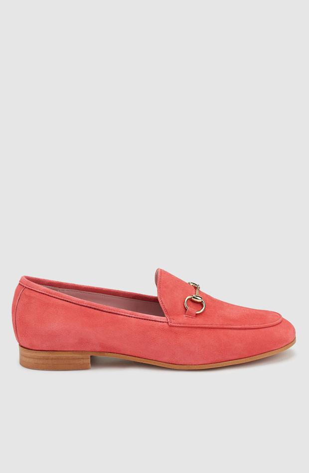 Mocasines de color coral en adorno de estribo dorado de Castellano: zapatos primavera
