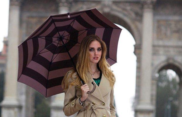 Chiara Ferragni se resguarda bajo un paraguas