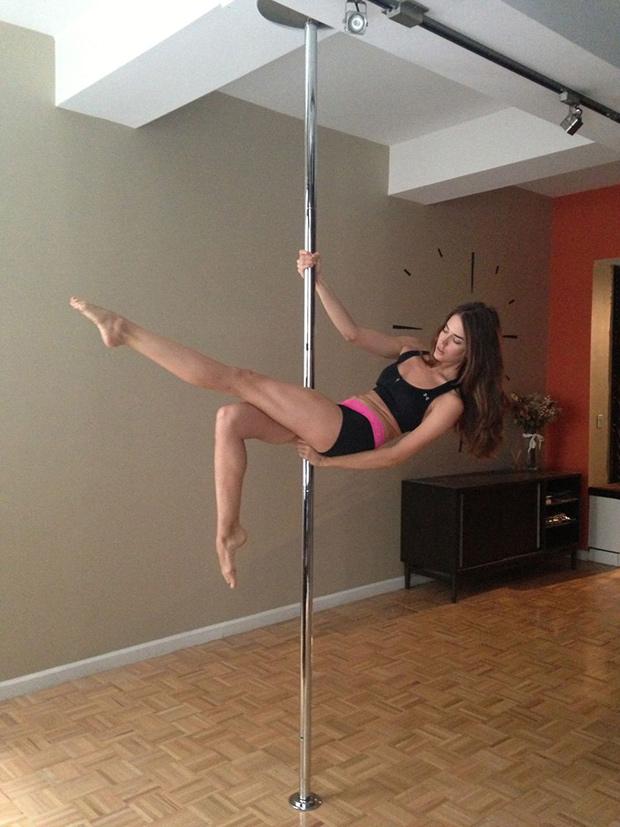 clara-alonso-pole-dancing