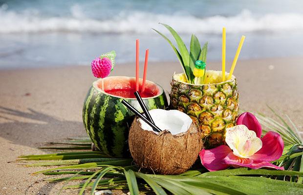 Variado de cócteles en frutas