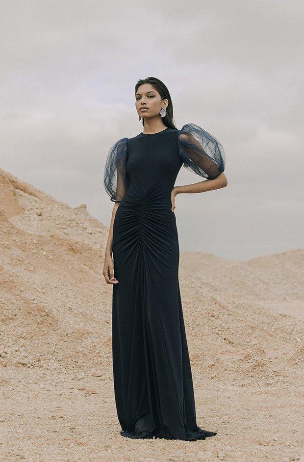 Vestido largo negro de la colección SS19 de Colour Nude