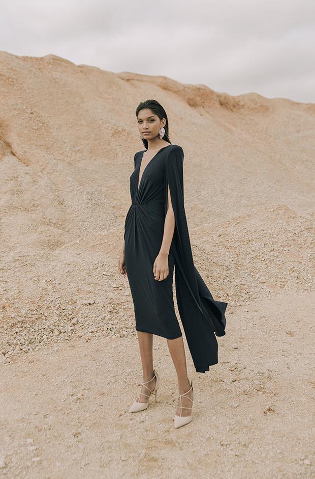 Vestido negro con capa de la colección SS19 de Colour Nude