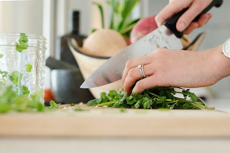 Cómo ahorrar y seguir comiendo bien: cocinar en casa