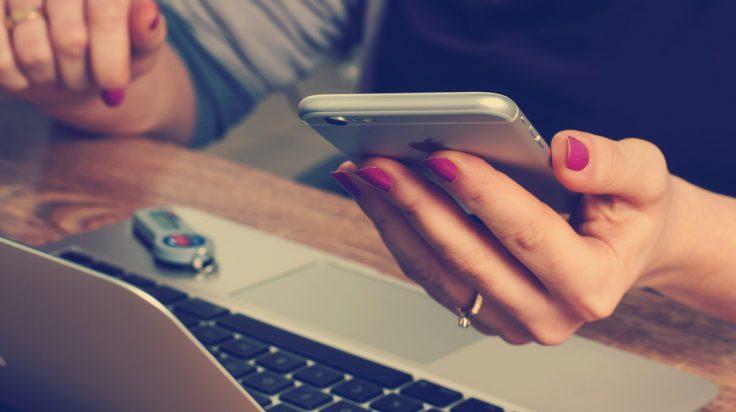 comprar a través de instagram. mujer con móvil