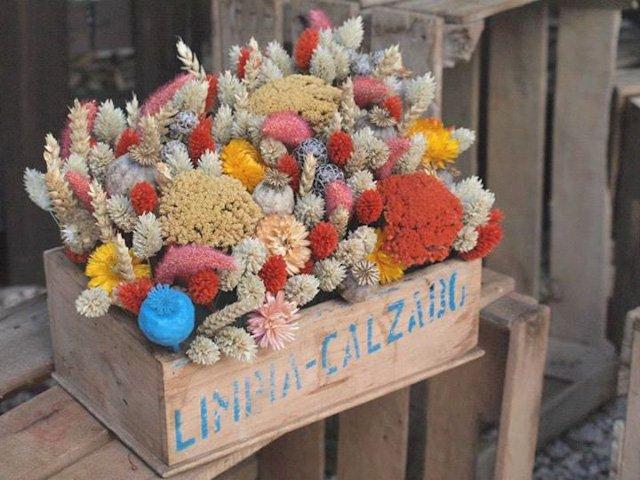 caja madera flores en el columpio
