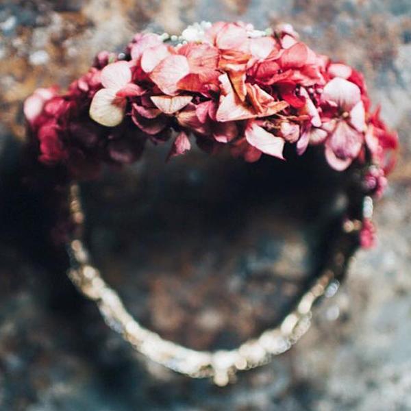 corona de flores invitada